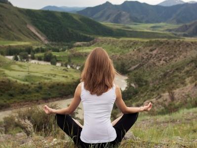 thumb_donna-che-medita-davanti-alle-montagne